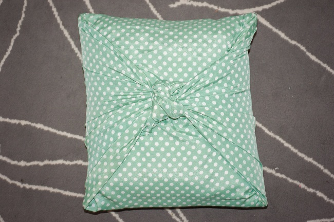Make Throw Pillow Cover Without Sewing : No-Sew Pillow Covers Tutorial and Pattern Ideas Stitch ...